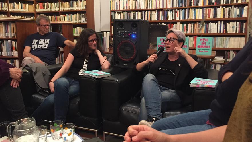 Sonia Vivas durante la presentación de su libro 'Vivas nos queremos' en la Casa de José Saramago, en Lanzarote, junto a la directora del Instituto Canario de Igualdad, Kika Fumero (d).