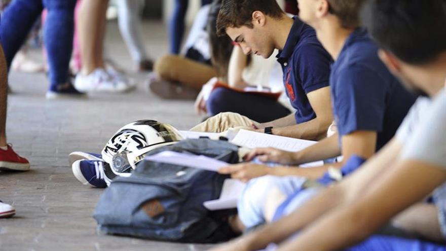 Educación beca este curso a 323.900 universitarios, 7.380 más que el anterior