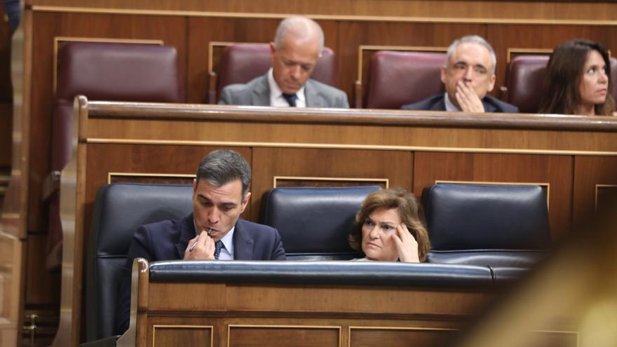 Pedro Sánchez y Carmen Calvo durante el segundo día del debate de investidura.
