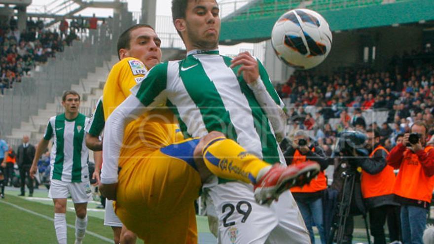 Fede controla la pelota ante el acoso de un jugador del Alcorcón. FOTO: MADERO CUBERO