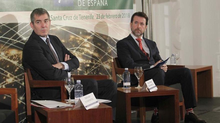 De izquierda a derecha: los presidentes del Gobierno de Canarias, Fernando Clavijo y del Cabildo de Tenerife, Carlos Alonso.