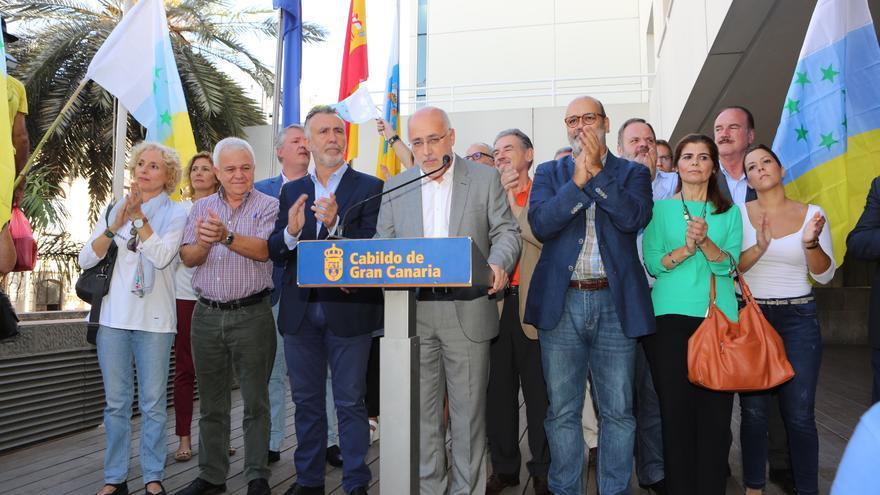 Consejeros del grupo de Gobierno del Cabildo de Gran Canaria en el acto en el que se iba a izar la bandera