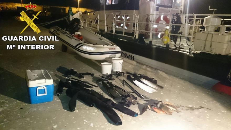 La Guardia Civil ha denunciado a los dos tripulantes de una embarcación que estaba por Gando por pesca furtiva