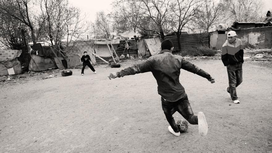 Los jóvenes del barrio limpiaron esta explanada, convertida en vertedero, para poder jugar al fútbol