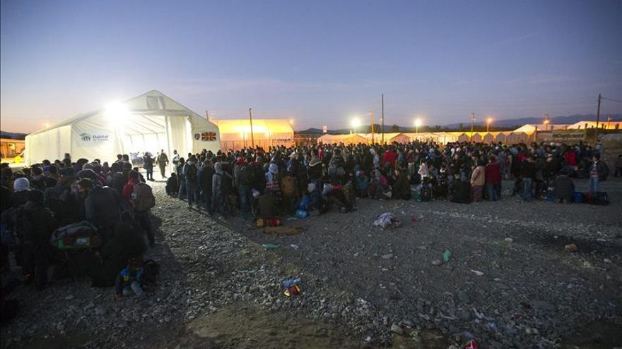 Varios refugiados esperan para coger un tren en el punto fronterizo de Grecia y Macedonia, cerca de la ciudad de Gevgelija, Macedonia, el 9 de noviembre del 2015.