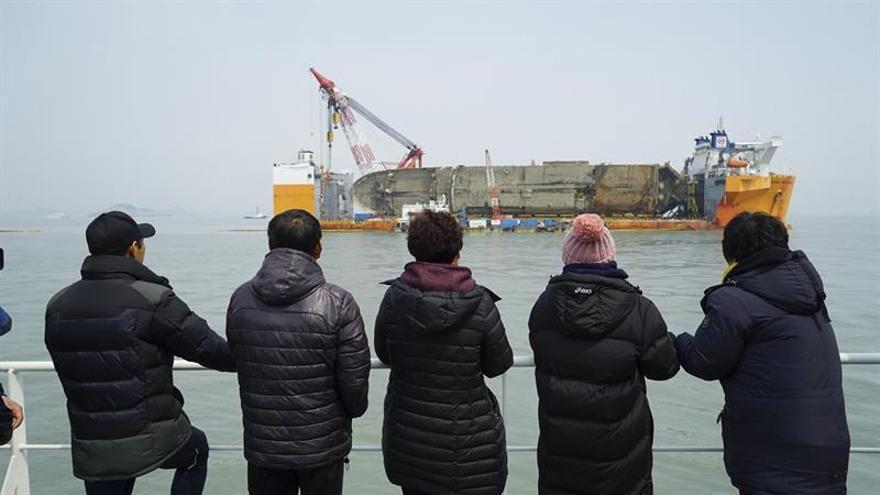 Hallan los restos de al menos un desaparecido en el ferri surcoreano hundido en 2014