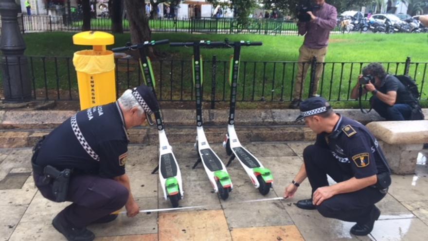 Policías locales de Valencia decomisan unos patinetes elèctricos de alquiler.
