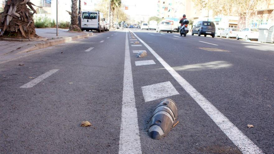 Separadores de carriles instalados en un carril bici