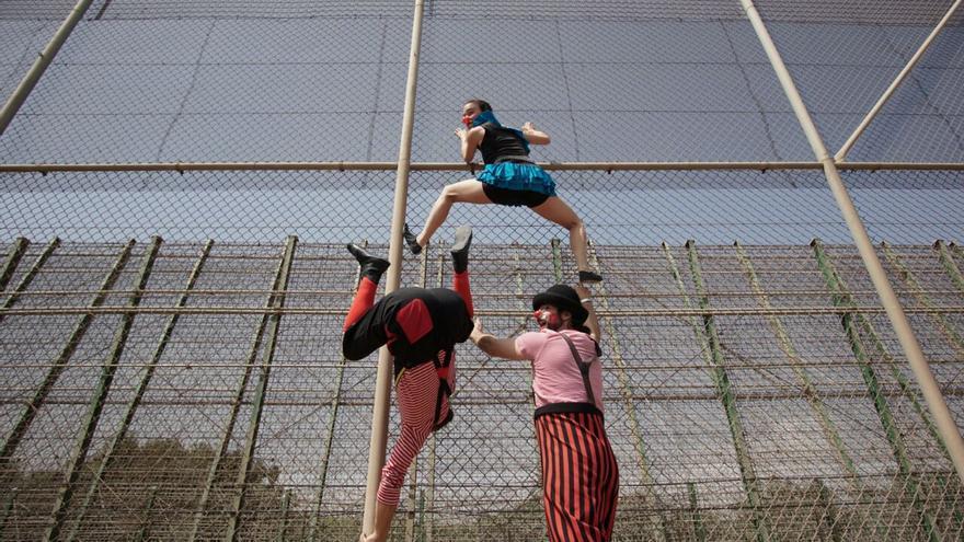 Los Pallasos en Rebeldía subidos en la valla de Melilla/ Pallasos en Rebeldía