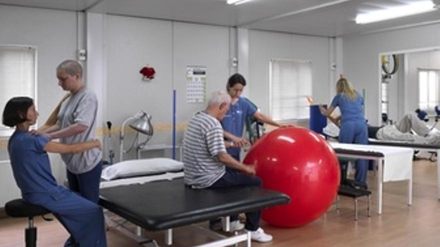 Imagen De Los Rehabilitadores Trabajando Con Los Enfermos