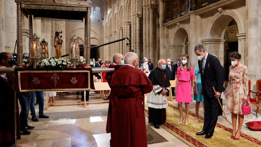 Los reyes Felipe VI y Letizia, hacen una reverencia a la imagen del Apóstol Santiago en la Catedral de Santiago de Compostela.