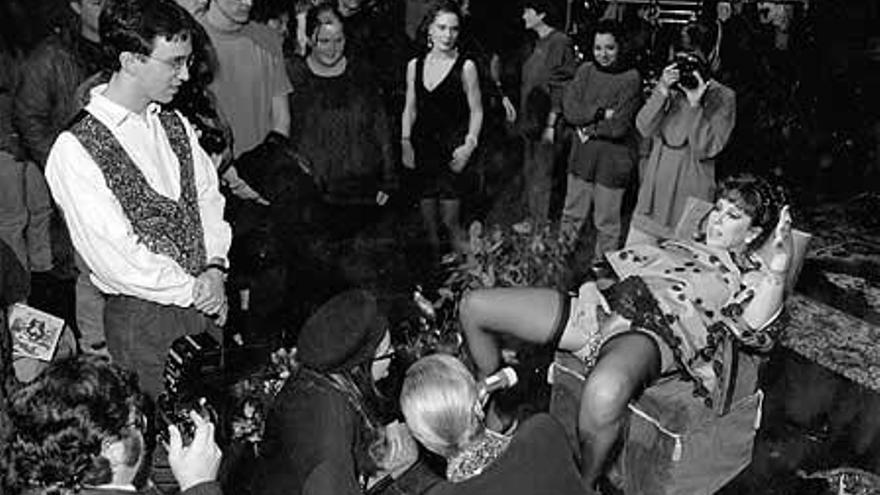 Annie Sprinkle, fundadora del postporno, en uno de sus espectáculos./ anniesprinkle.org
