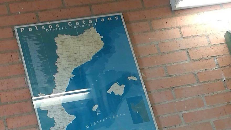 """Mapa titulado """"Països Catalans"""", colgado en una de las paredes de un instituto en Benicàssim (Castellón)."""