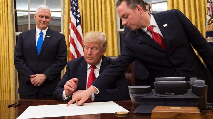El presidente de EE.UU. Donald J. Trump (C) Se prepara para firmar la confirmación para el Secretario de Defensa James Mattis como su Jefe de Gabinete.