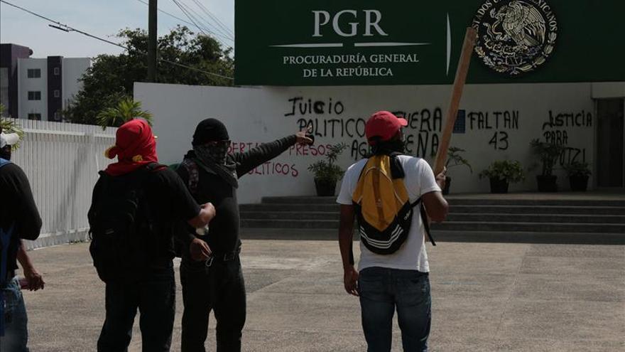 Maestros mexicanos toman sedes de tribunal electoral y fiscalía en Guerrero