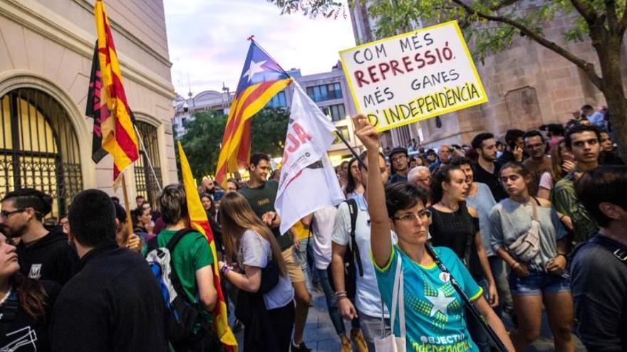 Miles de personas protestan en Cataluña por las detenciones de los CDR