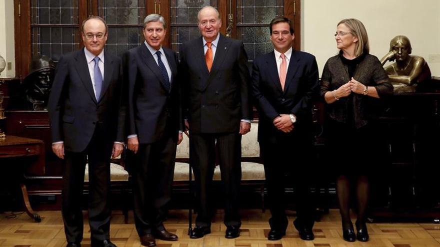 Don Juan Carlos entrega un premio de economía al catedrático García Delegado