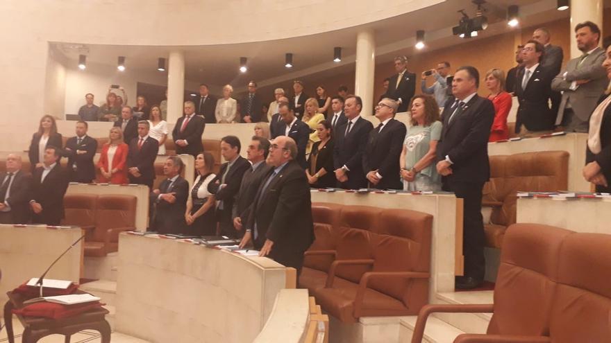 El pesar por el fallecimiento de De la Sierra marca la sesión constitutiva del Parlamento