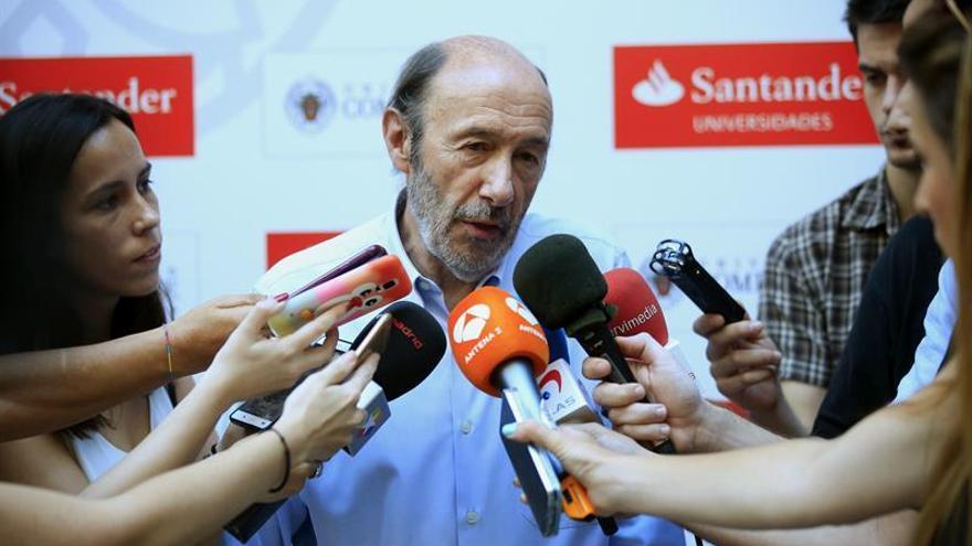 """Rubalcaba insta a Rajoy a arremangarse y dejar de ser el """"rey de la obviedad"""""""