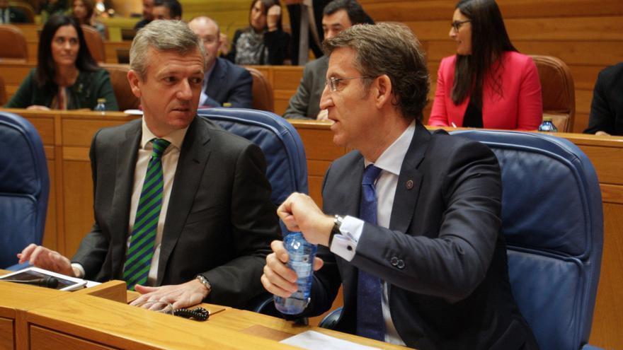 Feijóo conversa con su vicepresidente al inicio del pleno / CONCHI PAZ