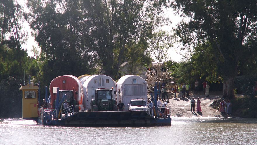 Hermandades cruzan el río Guadalquivir.