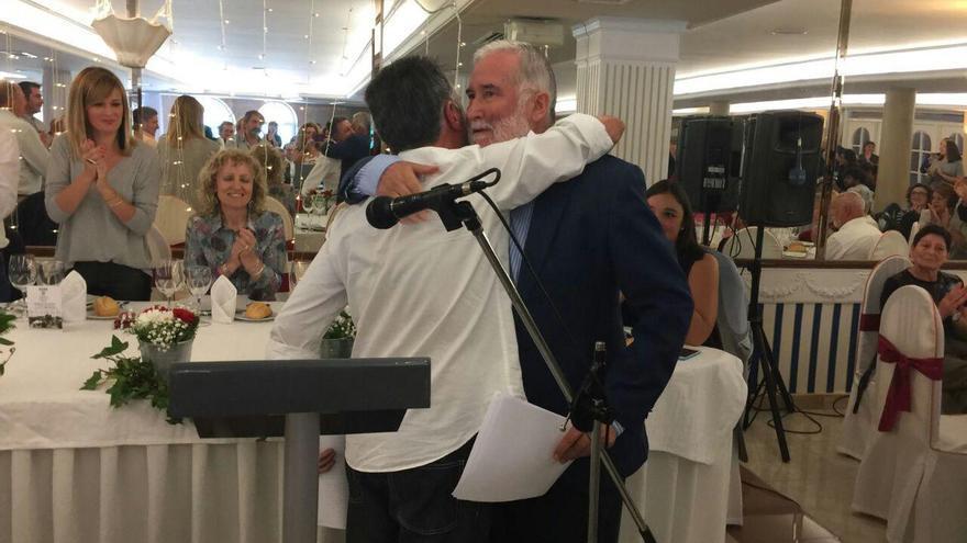 Ramón Ruiz recibe el abrazo del expresidente del Consejo Escolar, Jesús Barriuso. Al fondo, Eva Díaz Tezanos.