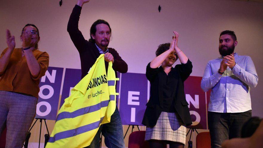 Pablo Iglesias porta un chaleco de los trabajadores de ambulancias de Castilla-La Mancha, actualmente en lucha por su convenio colectivo