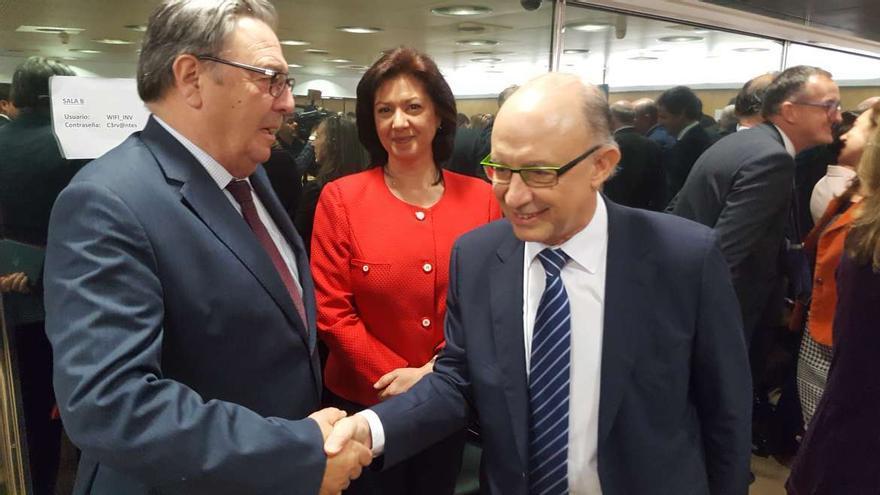 El ministro Montoro el jueves en Madrid con el interventor de la Junta, Agustín González, y la secretaria general de la Hacienda extremeña María Murillo