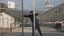 """""""Han echado a los voluntarios para convertir el centro de refugiados de Lesbos en un campo de detención"""""""