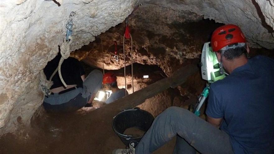 Excavaciones en la cueva de los Torrejones de Tamajón (Guadalajara)