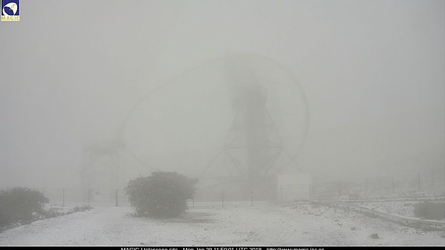 En la imagen, entorno de los telescopios MAGIC en el Roque de Los Muchachos, este lunes, cubierto por el granizo.