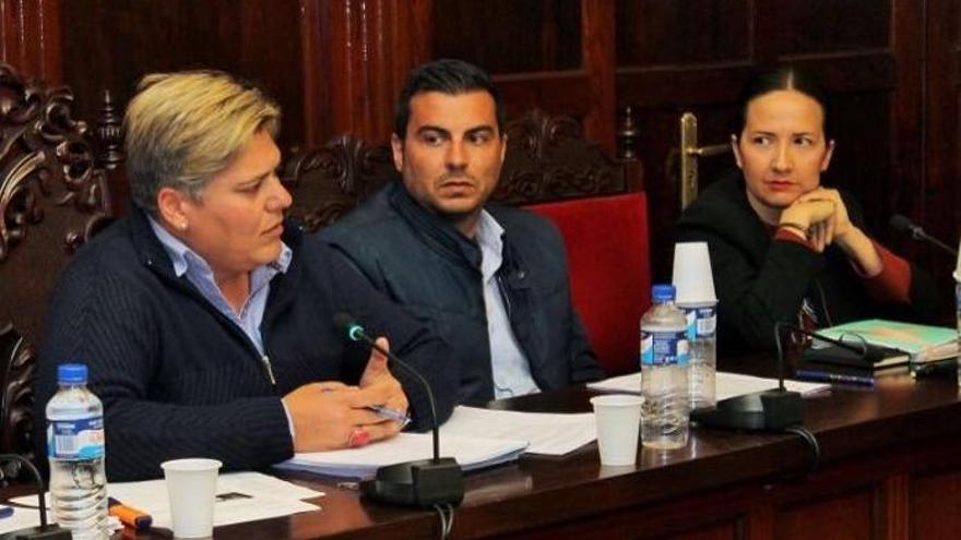 La alcaldesa de Los Llanos de Aridane (i), Noelia García, y la concejal de Deportes, Lorena Hernández, durante el transcurso de una sesión del pleno del Ayuntamiento.