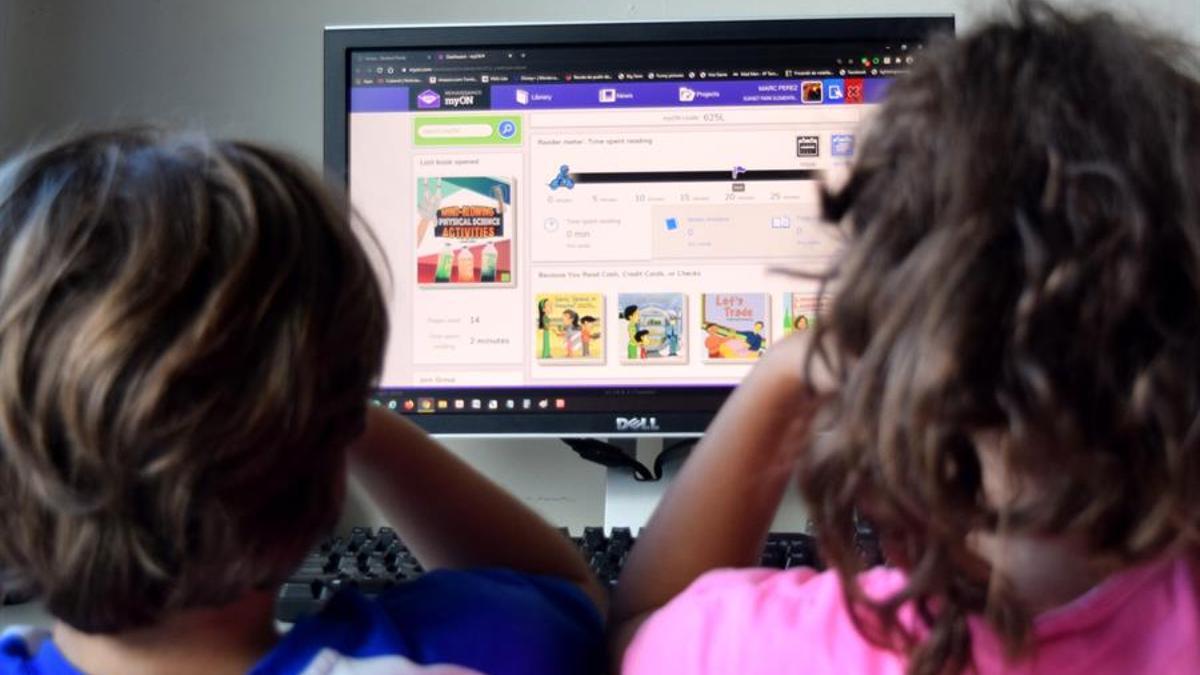 Dos niños frente a un ordenador