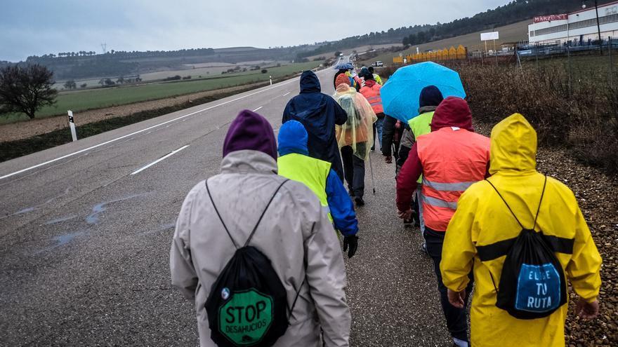 Caminantes de la Marea Básica bajo la lluvia