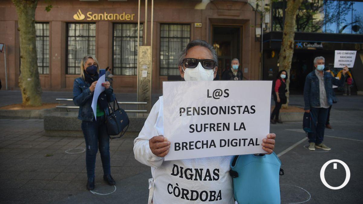 Protesta de los pensionistas ante una oficina bancaria.