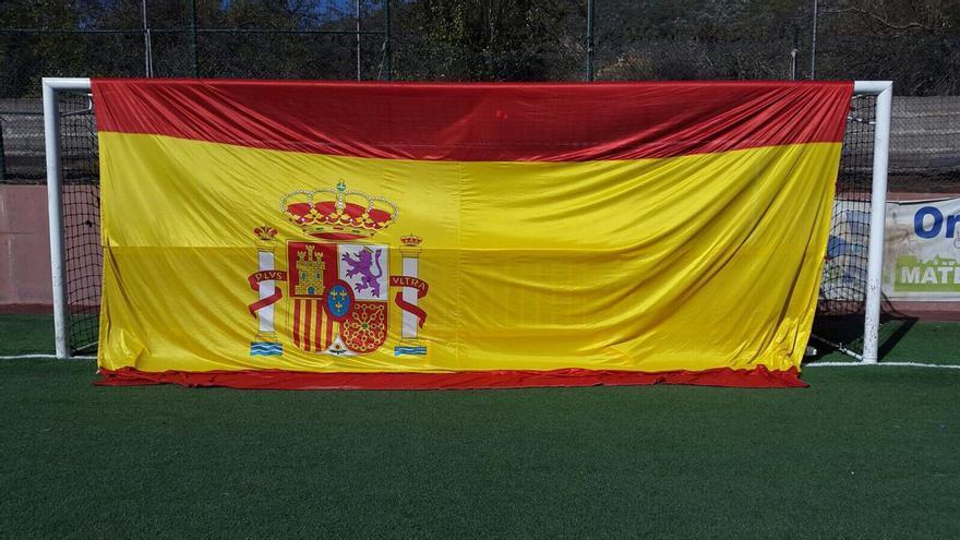 Bandera española en el campo de fútbol de San Mateo