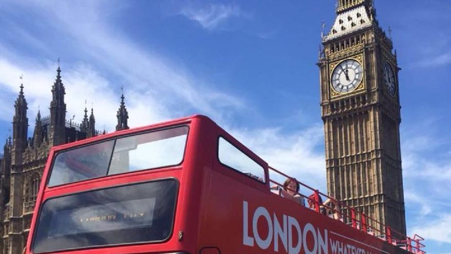Autobús haciendo campaña para atraer inversiones a Madrid