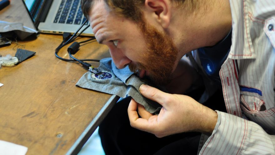 Andrew Quitmeyer, cofundador de Comingle, con su anguila eléctrica