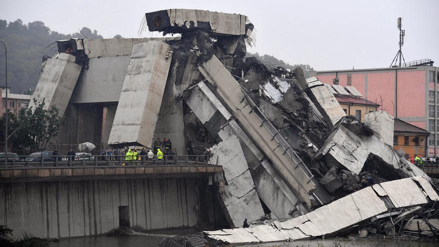 Vista de la sección del viaducto Morandi que se desplomó en Génova este martes
