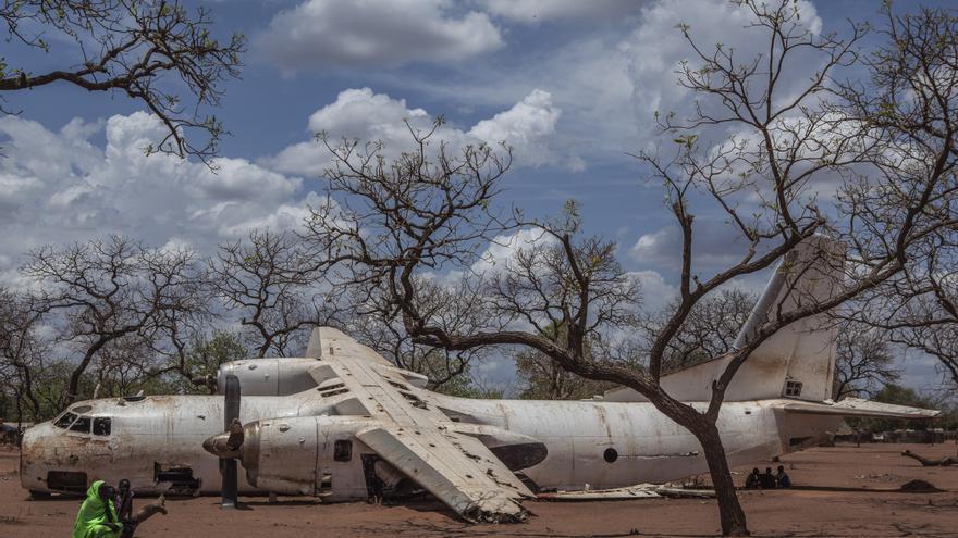 La falta de infraestructuras y las inundaciones que dejan impracticables las carreteras durante la época de lluvias hacen de Sudán del Sur un reto en términos logísticos y de distribución de la ayuda. Restos de un avión en el campo de Yida. Fotografía: Yann Libessart/MSF