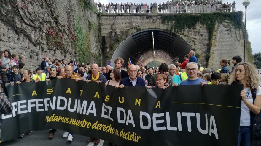 Miles de personas se manifiestan en San Sebastián a favor del derecho a decidir y en solidaridad con Cataluña