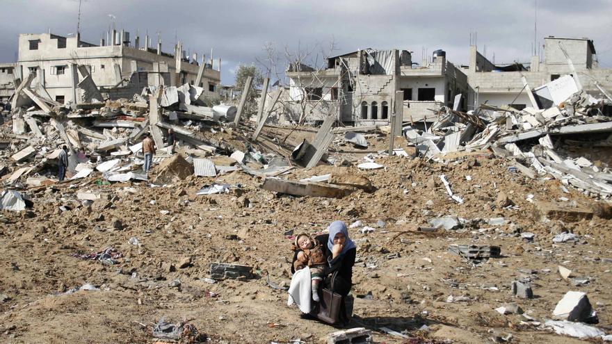 Una mujer y su hija ante los escombros de un ataque israelí sobre Rafah en enero de 2009 / Khaled Omar/AP Photo/Gtres