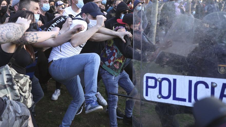 La Policía Nacional carga contra los manifestantes congregados en Vallecas para protestar por el acto de precampaña de Vox.
