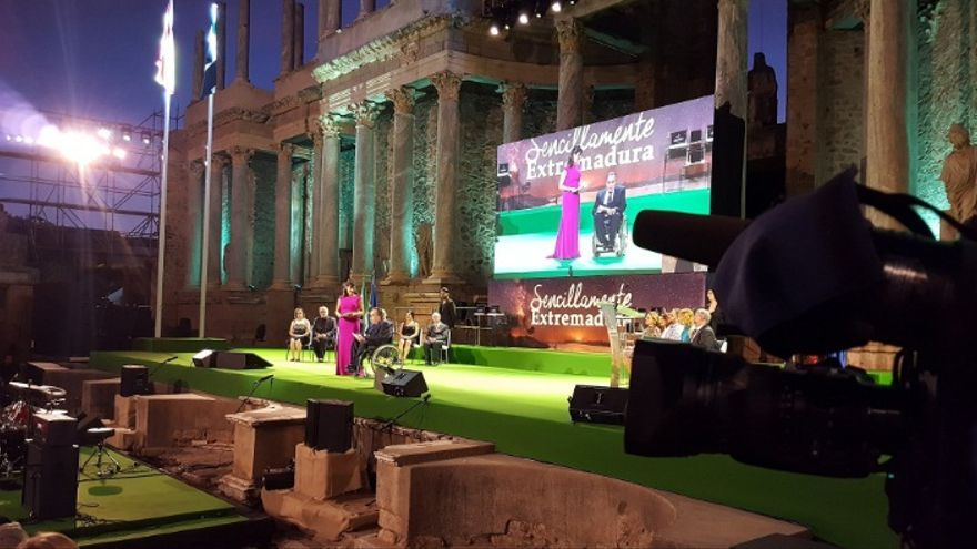 La gala ha sido presentada por los periodistas Nuria Labrador, de Canal Extremadura Radio, y José Antonio Lagar, de RNE / Junta