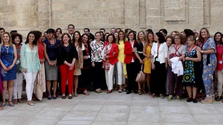 Representantes de colectivos y asociaciones de mujeres, junto con diputadas del Parlamento andaluz, celebran la renovación de la ley contra la violencia de género en Andalucía