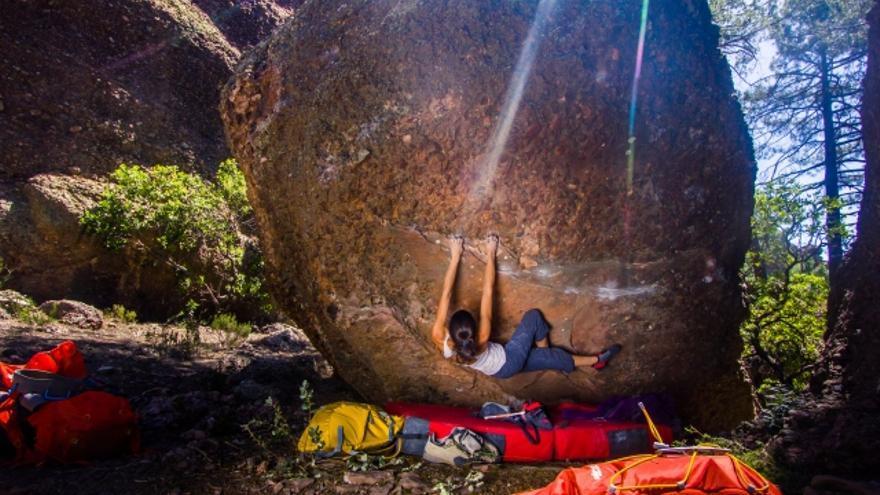 Bibiana Zaes durante la primera Concentración de Escalada y Bloque en Callejuelas (© Bro-K Mountain).