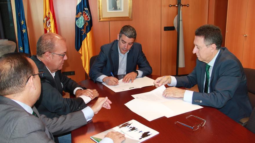 Momento de la firma del convenio, con presencia de Narvay Quintero y de Fernando Berge (derecha), presidente de Cajasiete