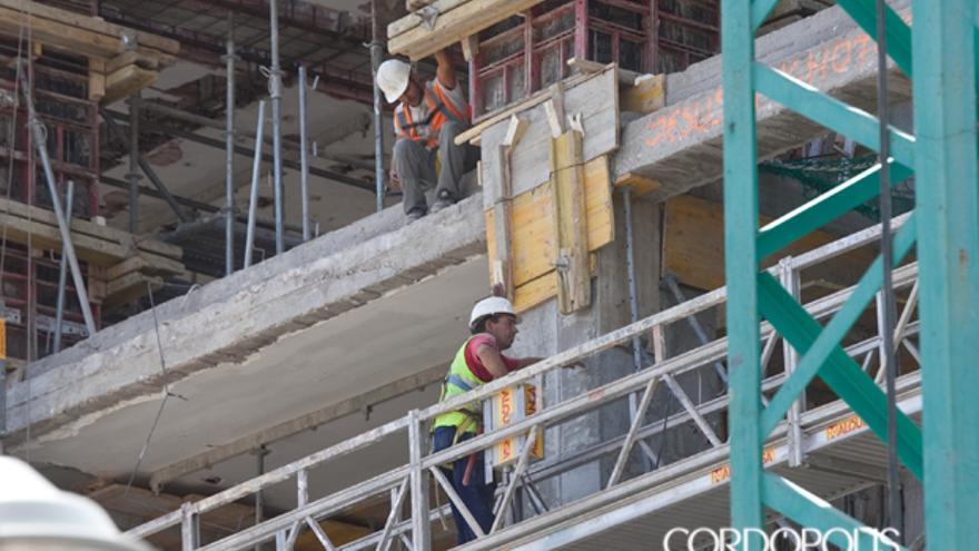 Trabajadores en una construcción de una obra en Córdoba, en una imagen de archivo | MADERO CUBERO