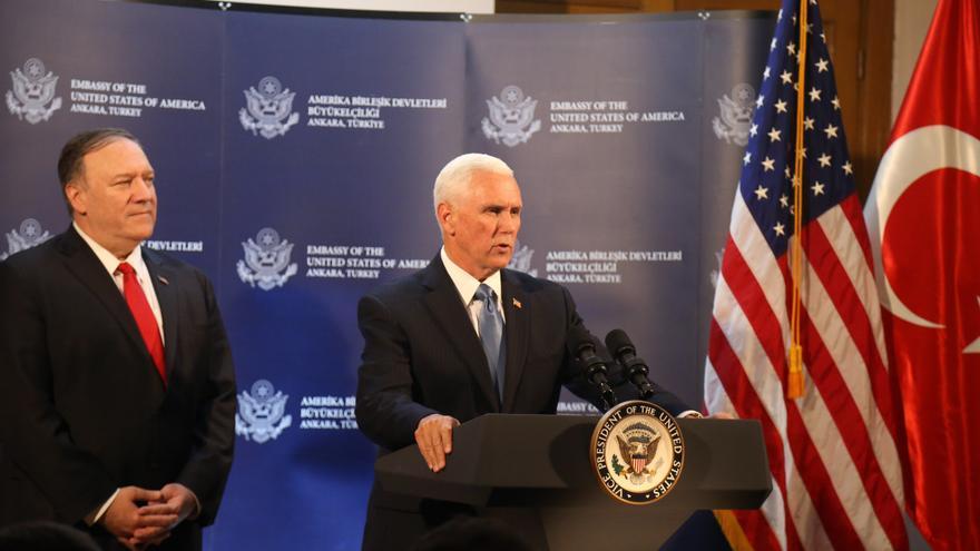 El vicepresidente de Estados Unidos, Mike Pence, acompañado del Secretario de Estado, en rueda de prensa tras la reunión con el presidente turco para acordar un alto al fuego de la ofensiva turca en Siria