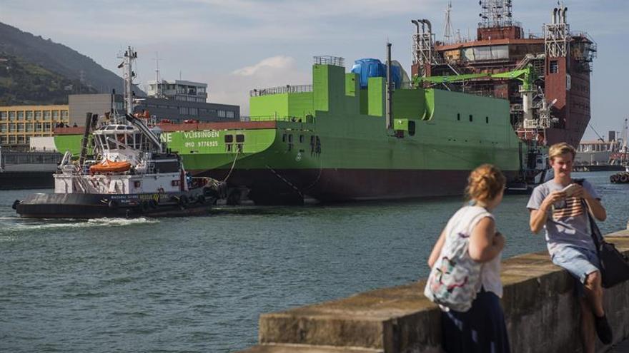 La Naval traslada el cablero Living Stone para acabarlo fuera del astillero